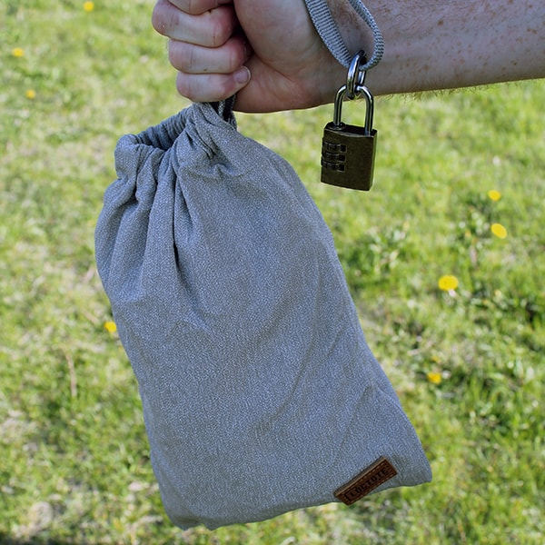 Loctote AntiTheft Sack 3L in hands 2
